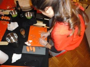 Cours de sushis à domicile - Eve à l'oeuvre
