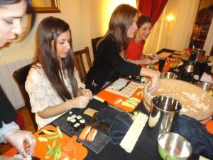 Cours de sushis à domicile - Des apprenties très studieuses