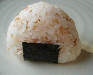 Onigiri fait maison avec du sésame
