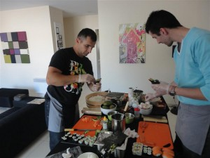 Les garçons en train de faire un Temaki