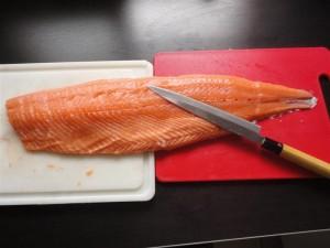 Un filet de saumon prêt à la découpe