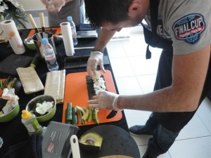 Sylvain qui prépare un Maki sushi